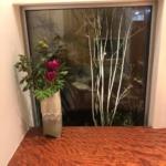 階段の1段目に花を生けれるように
